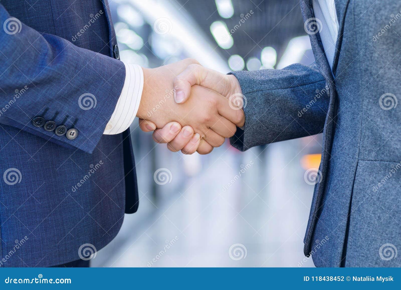 Poignée de main d hommes d affaires après bonne affaire