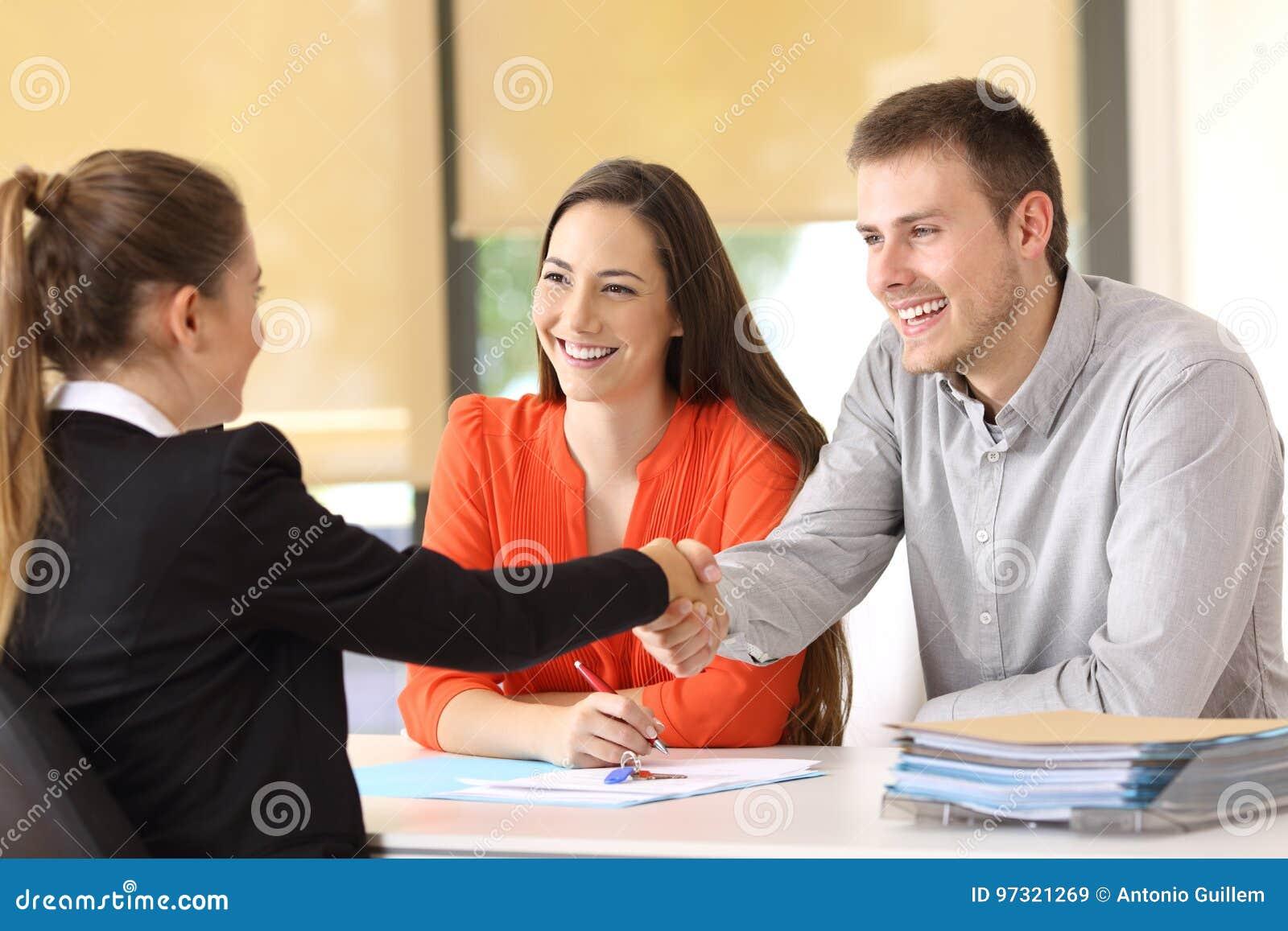Poignée de main heureuse de clients après une affaire