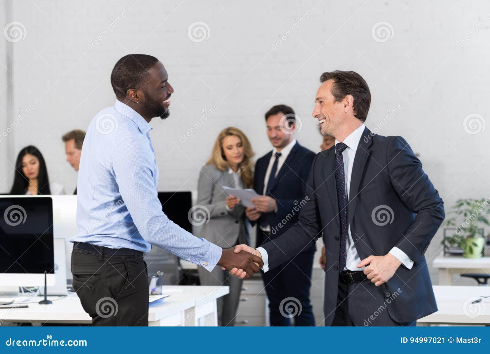 Poignée de main, hommes d affaires se serrant la main au cours de la réunion, accord en Front Of Business People Discussion de co