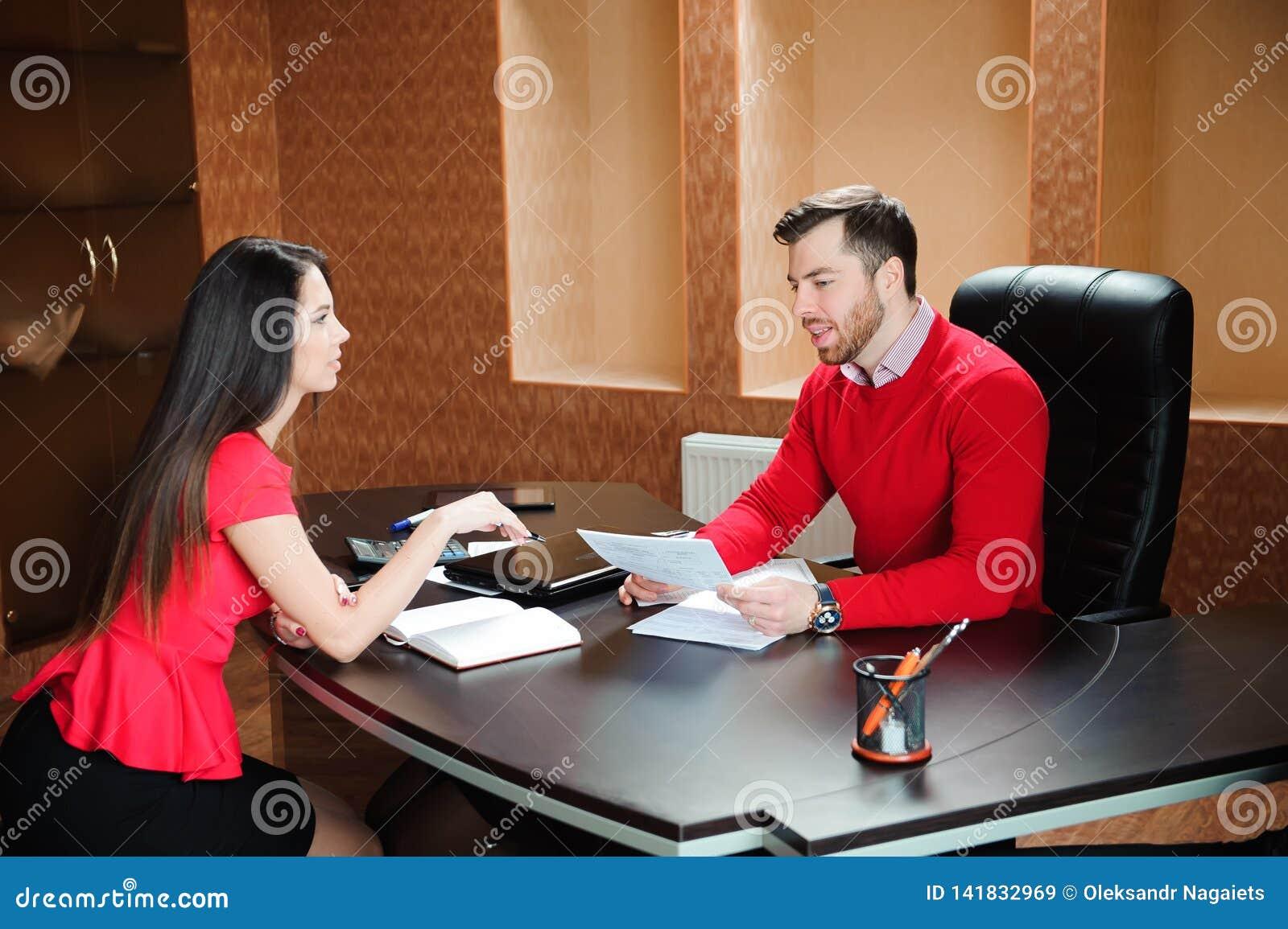 Poignée de main de sourire amicale d homme d affaires et de femme d affaires au-dessus du bureau après entretien agréable,