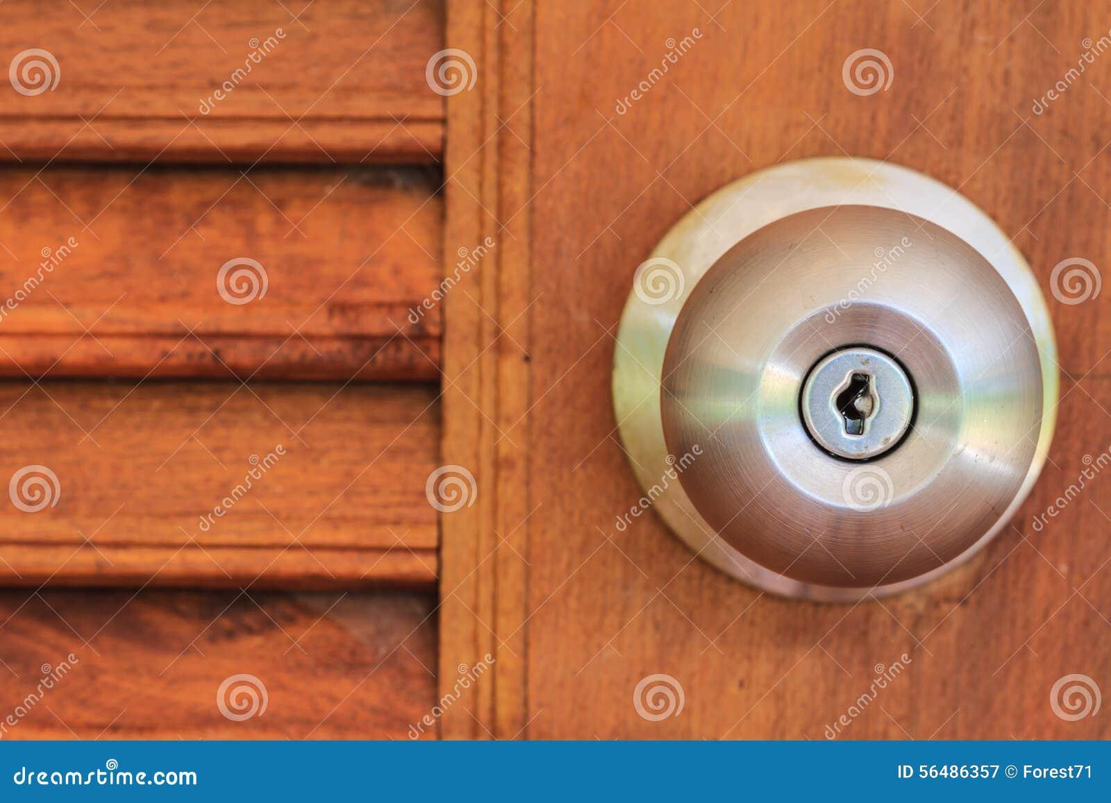 Poignée de porte avec la porte en bois