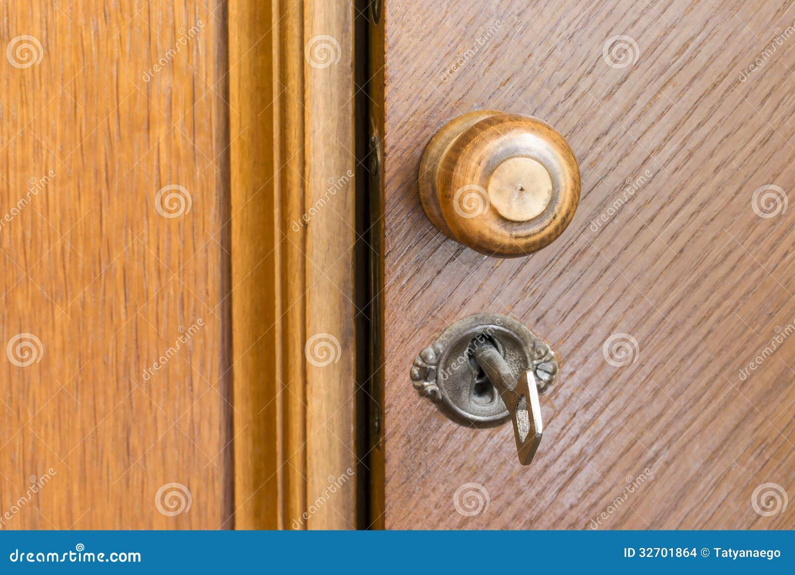poign 233 e et cl 233 de porte en bois dans un trou de la serrure images stock image 32701864