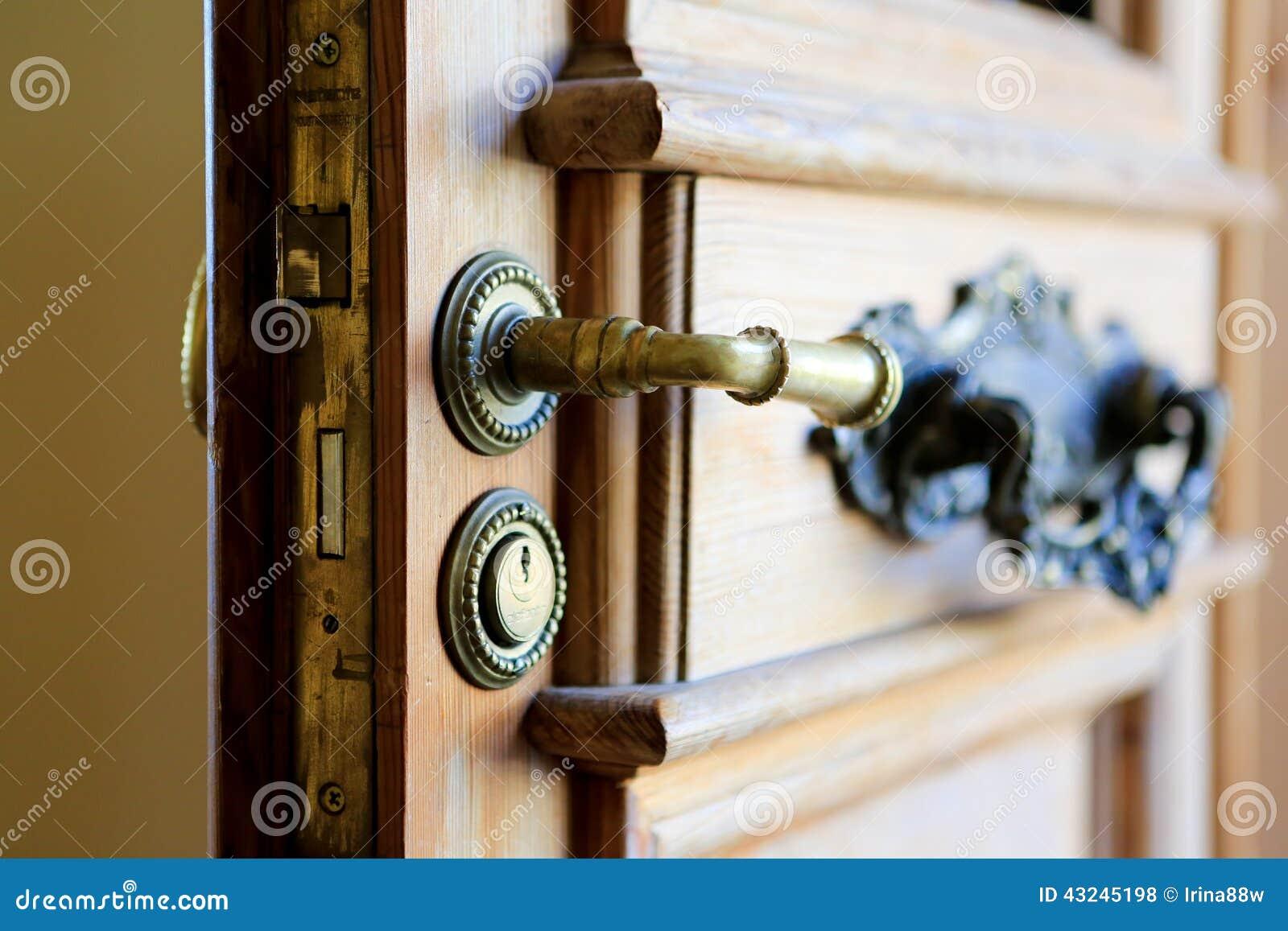 Poign e de porte d 39 entr e avec le trou de la serrure - Poignee de porte avec serrure integree ...