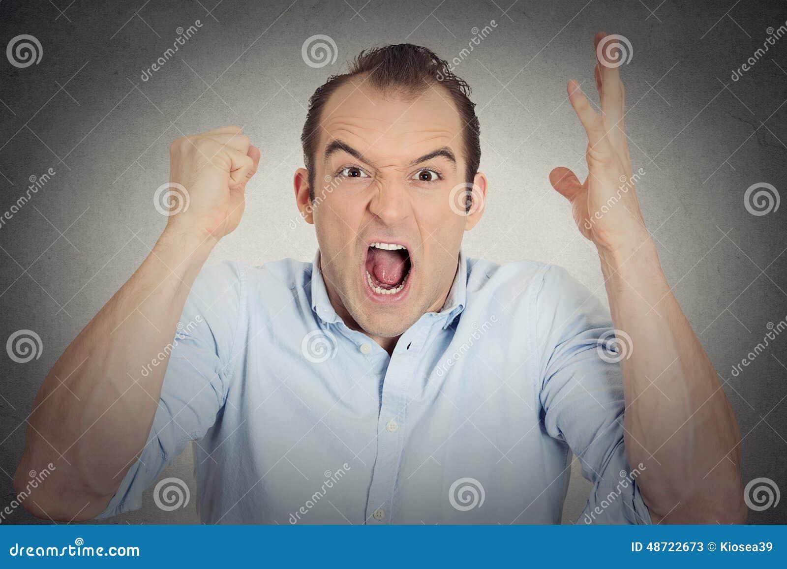 Poing fâché de jeune homme de renversement de Headshot dans le hurlement ouvert de bouche d air