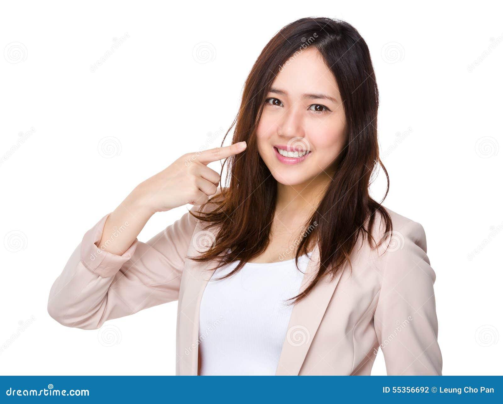 Point de doigt de femme d affaires à ses dents