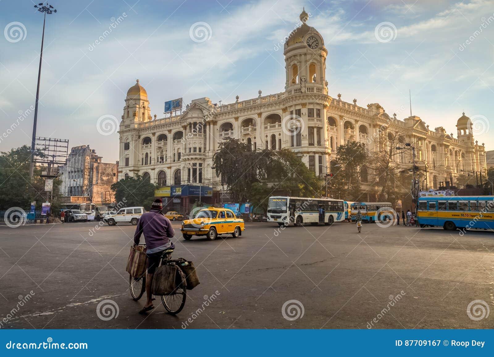 Point de repère important de jonction de route urbaine chez Chowringhee Dharamtala croisant Kolkata avec les bâtiments coloniaux
