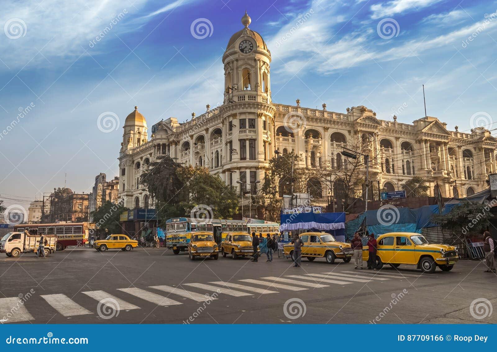 Point de repère indien célèbre Chowringhee Dharamtala de route urbaine croisant Kolkata avec le bâtiment colonial métropolitain d