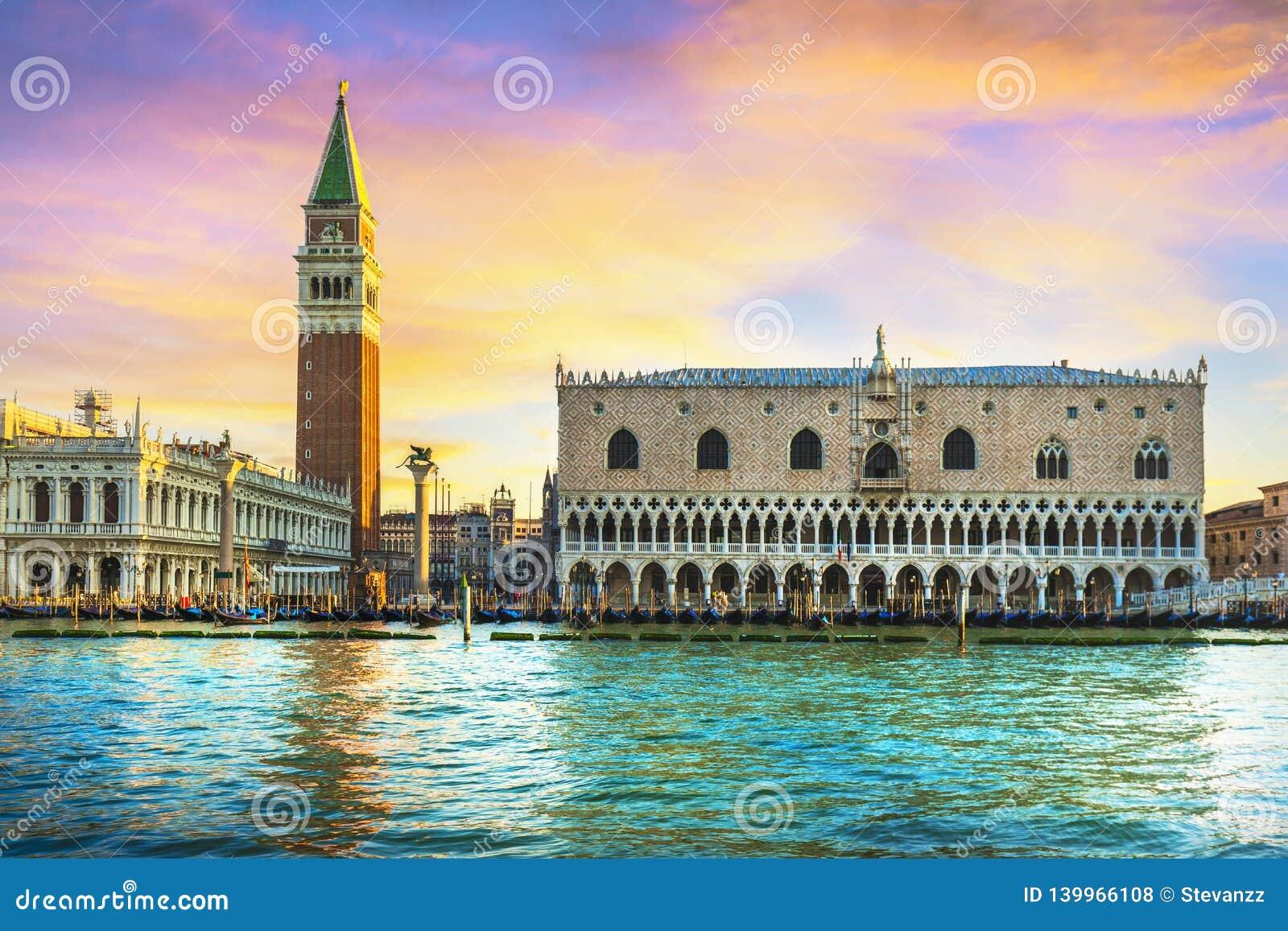 Point de repère de Venise à l aube, Piazza San Marco avec le campanile et le palais de doge l Italie