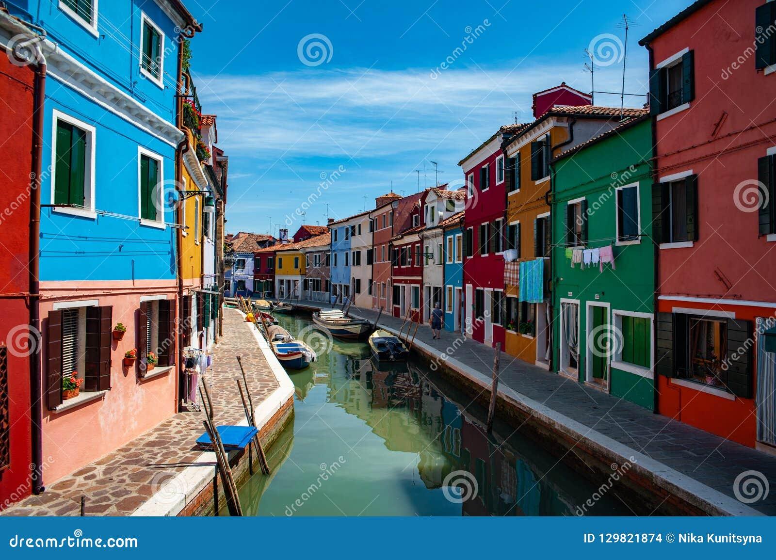 Point de repère de Venise, canal d île de Burano, maisons colorées et bateaux