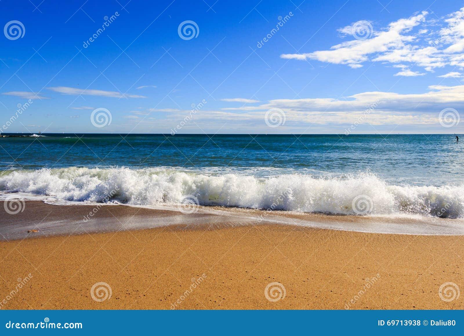 Point de vue de paysage de relaxation de lumière du jour du soleil de sable de ciel bleu de plage de mer pour la carte postale et
