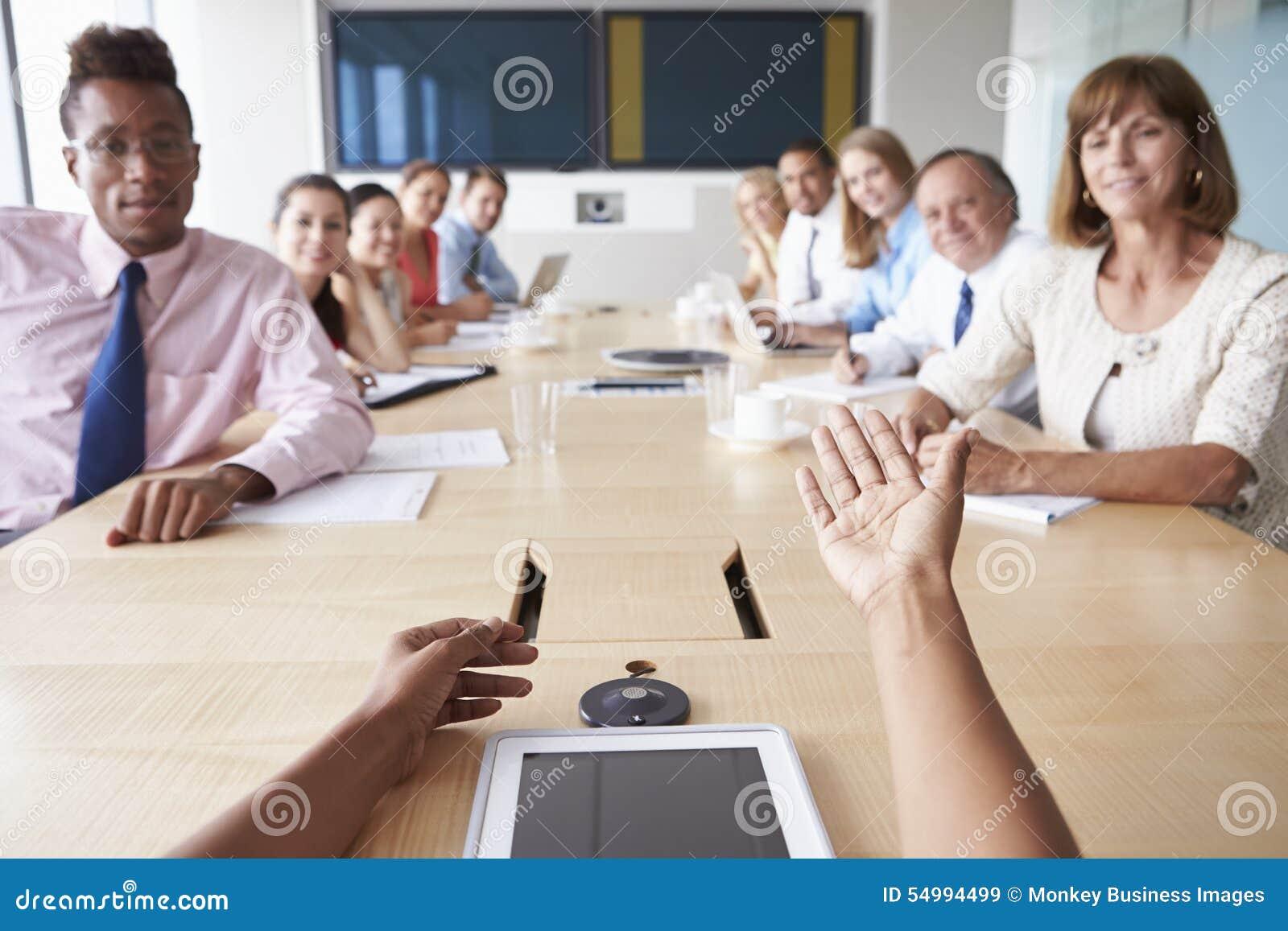 Point de vue tiré des hommes d affaires autour du Tableau de salle de réunion