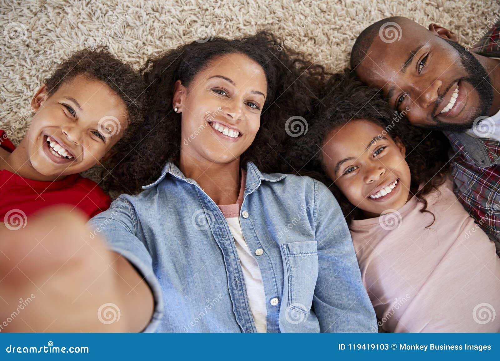 Point de vue tiré des parents et des enfants posant pour Selfie