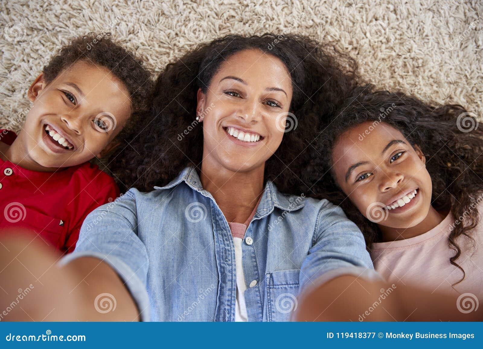 Point de vue tiré de la mère et des enfants posant pour Selfie