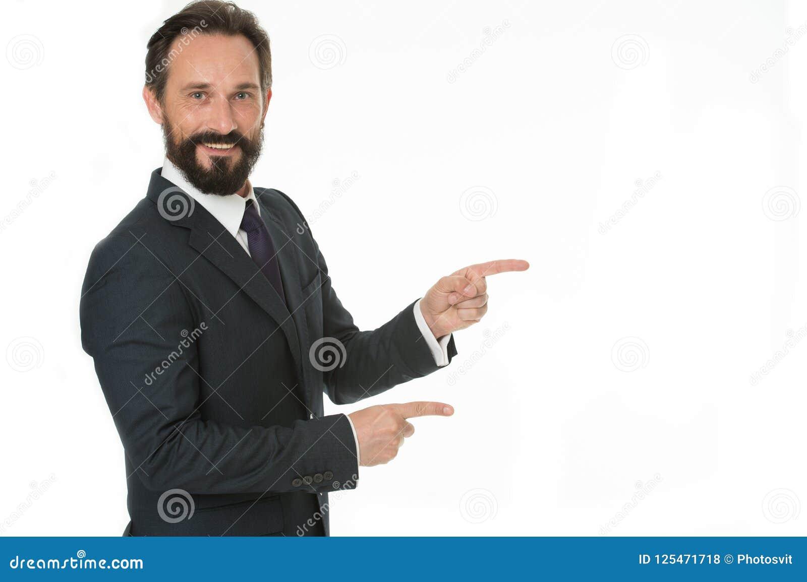 Pointage à l espace de copie Homme dirigeant des index d isolement sur le blanc L homme barbu mûrissent dans le tenue de soirée H
