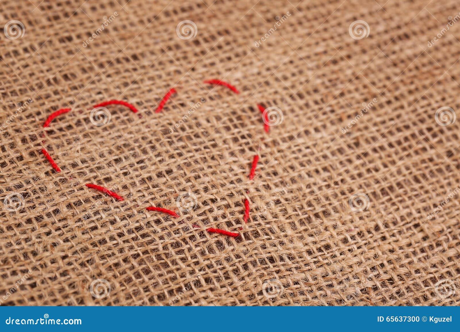 Points de forme de coeur sur le fond de toile de jute