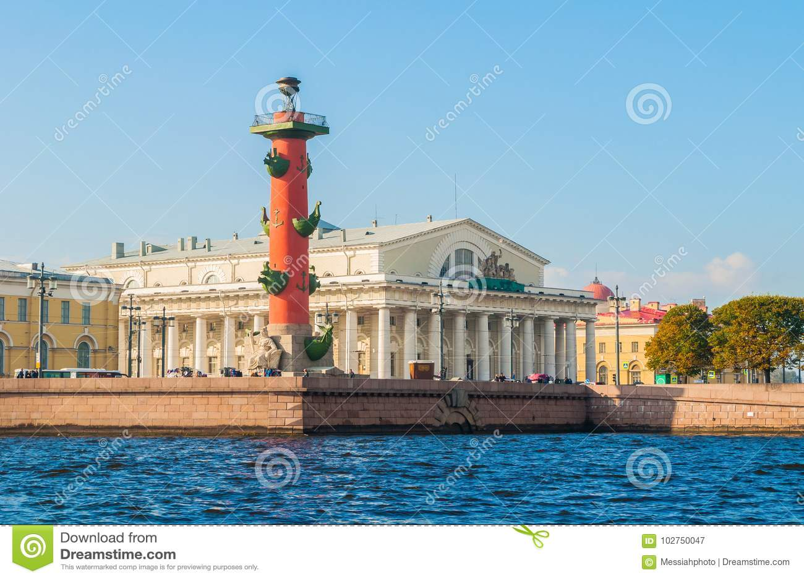 Points de repère de St Petersburg Russie de broche d île de Vasilievsky Bâtiment Rostral de bourse des valeurs de colonne et d an