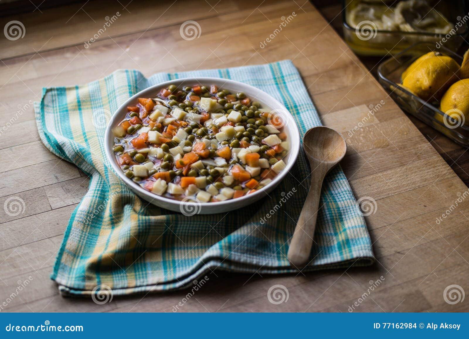 Pois frais de nourriture turque avec la carotte et les pommes de terre