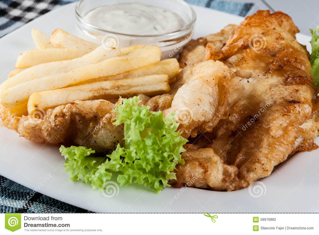 Poisson Frites Avec De La Sauce A Tartre D Un Plat Photo Stock