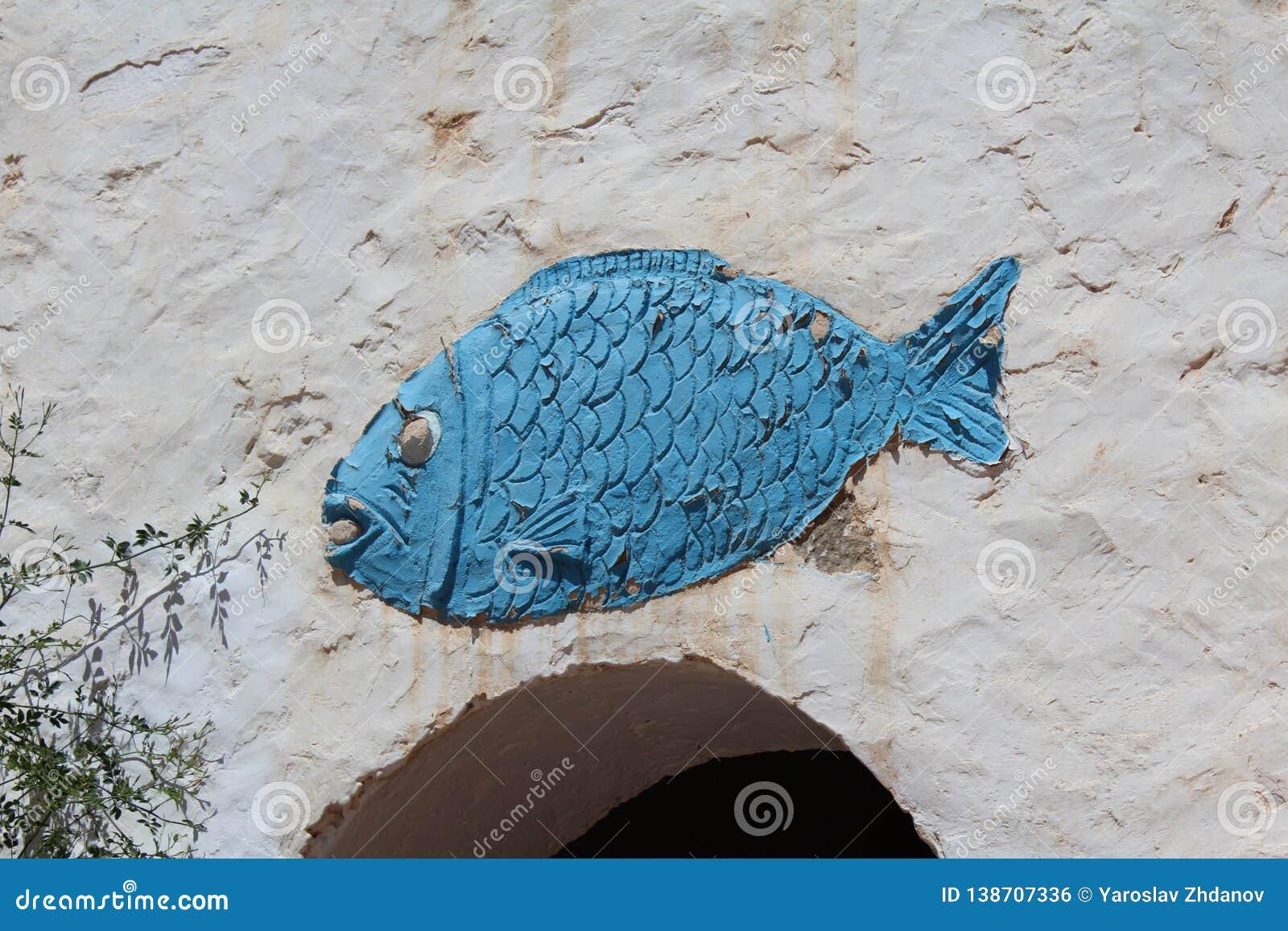 Poissons bleus sur le mur la décoration des Berbers dans le désert