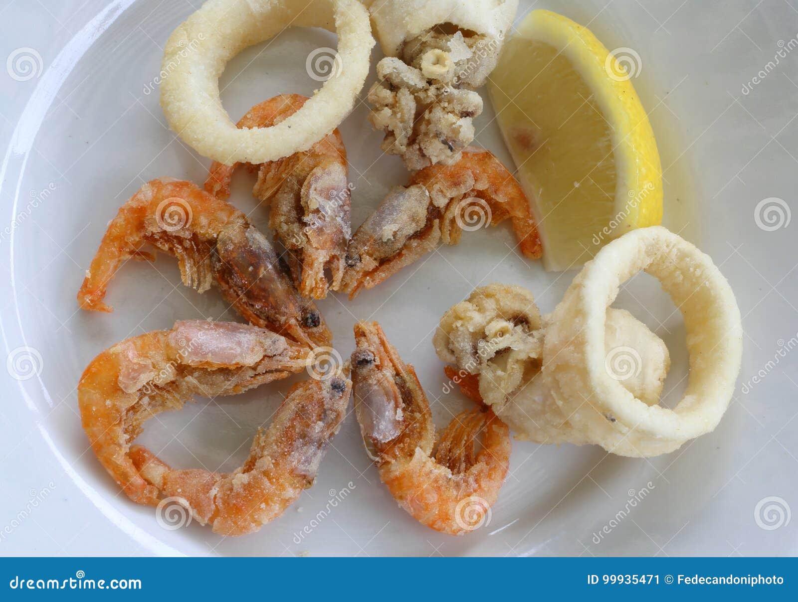 Poissons frits avec la crevette et une tranche de citron