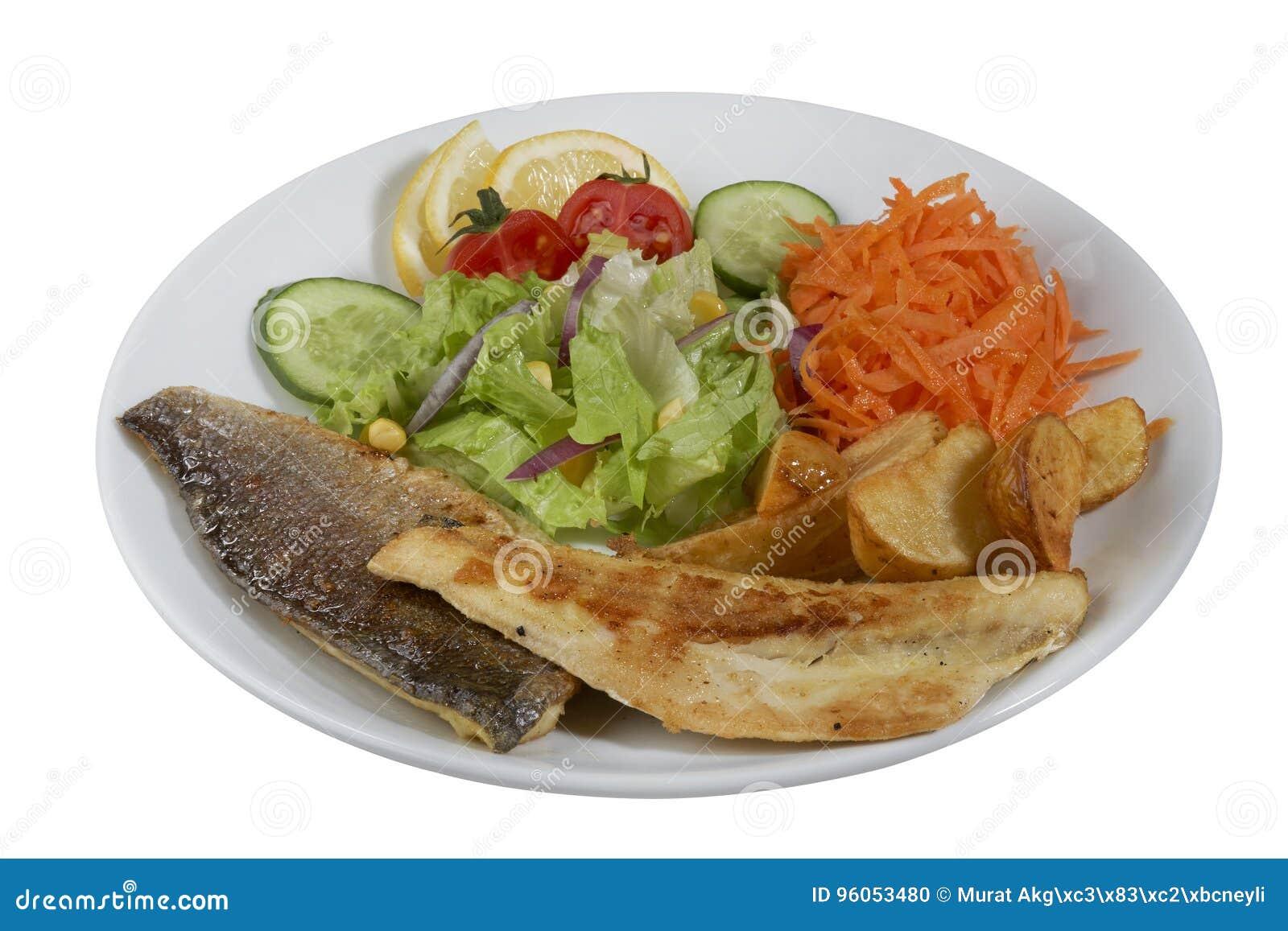 Poissons frits d un plat blanc de porcelaine avec des légumes