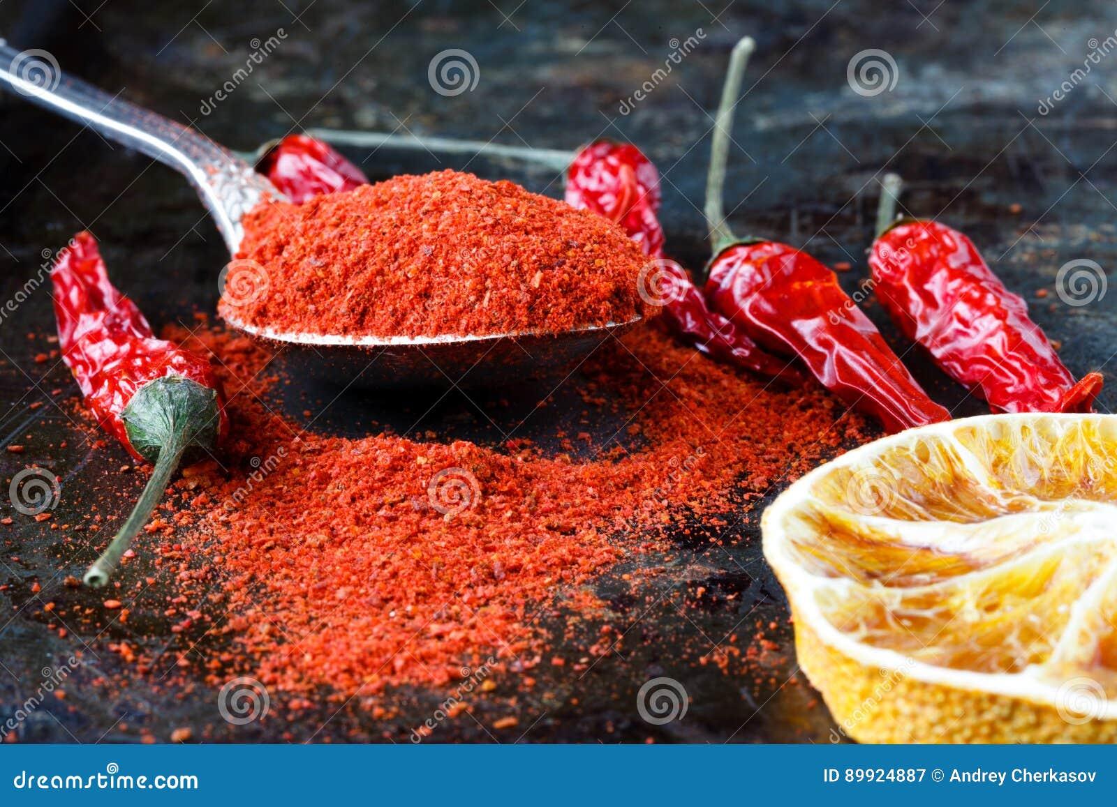 Poivre de piments chauds mexicain rouge vibrant, entier et fondé