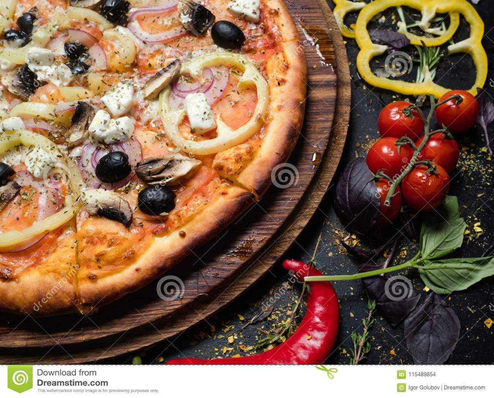 Poivre fait maison d olives de nourriture de pizza de repas italien