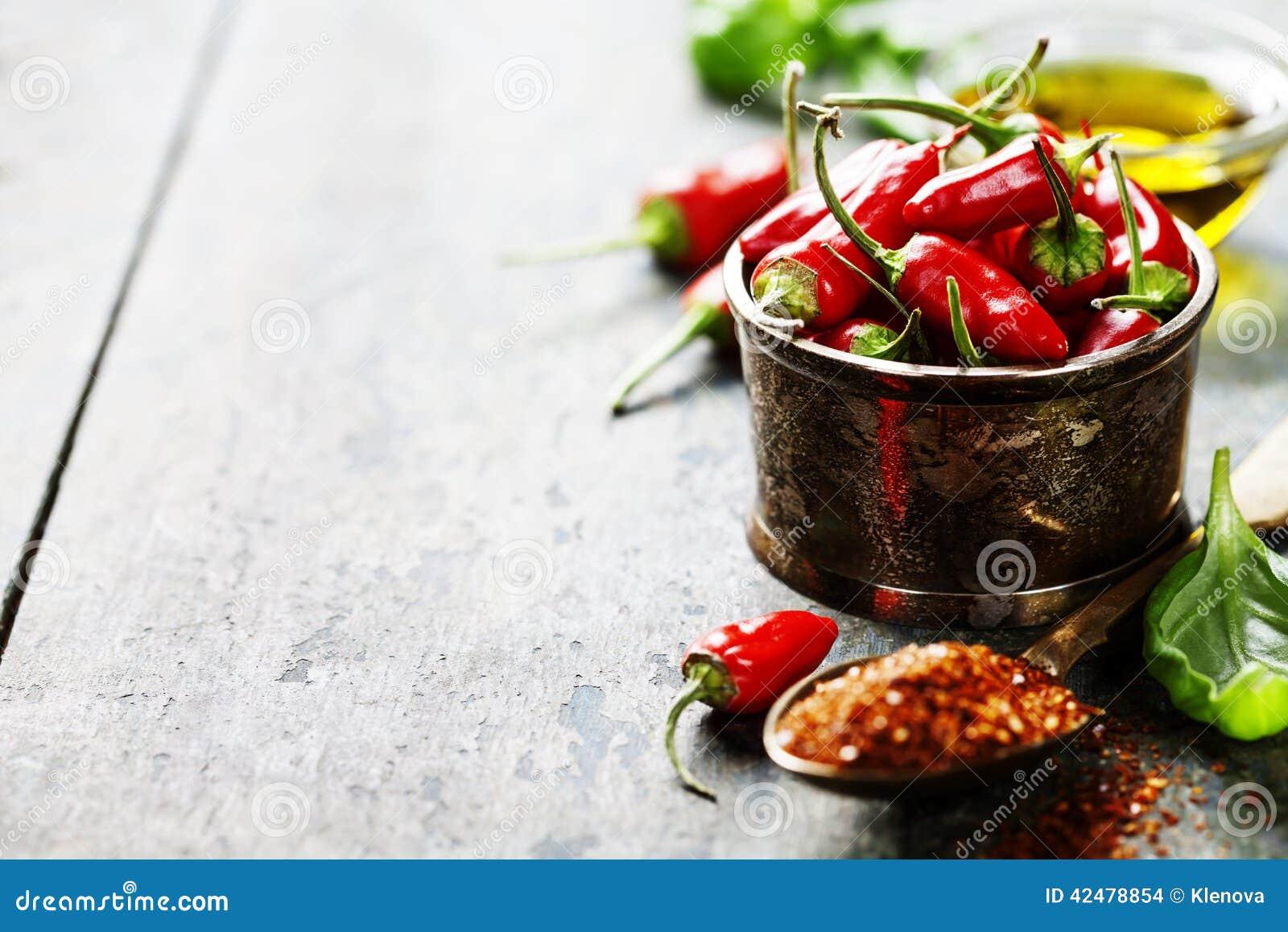 Poivrons de piment avec des herbes et des épices