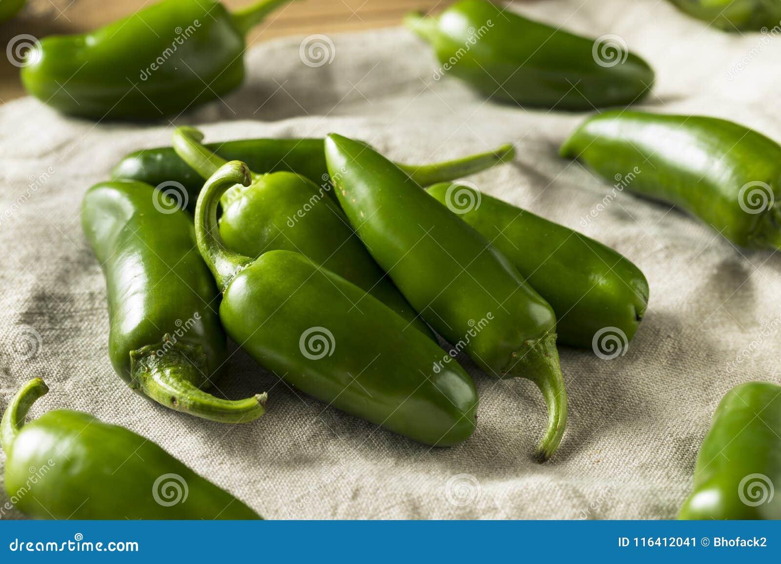Poivrons organiques verts crus de Jalapeno