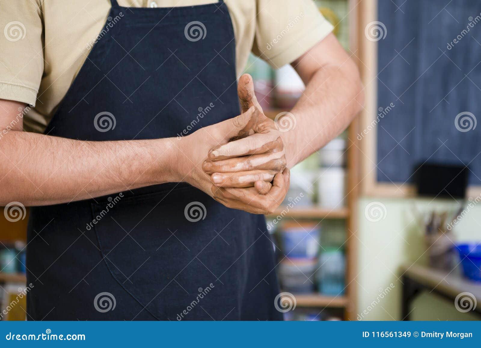 Pojęcia Ceramist w warsztacie Zbliżenie ręki Męska garncarka