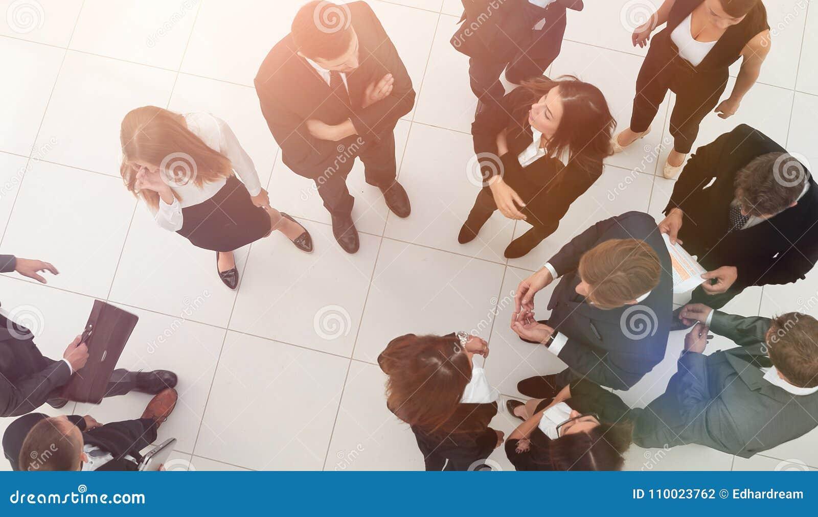 Pojęcia prowadzenia domu posiadanie klucza złoty sięgający niebo grupa ludzie biznesu w lobby biuro