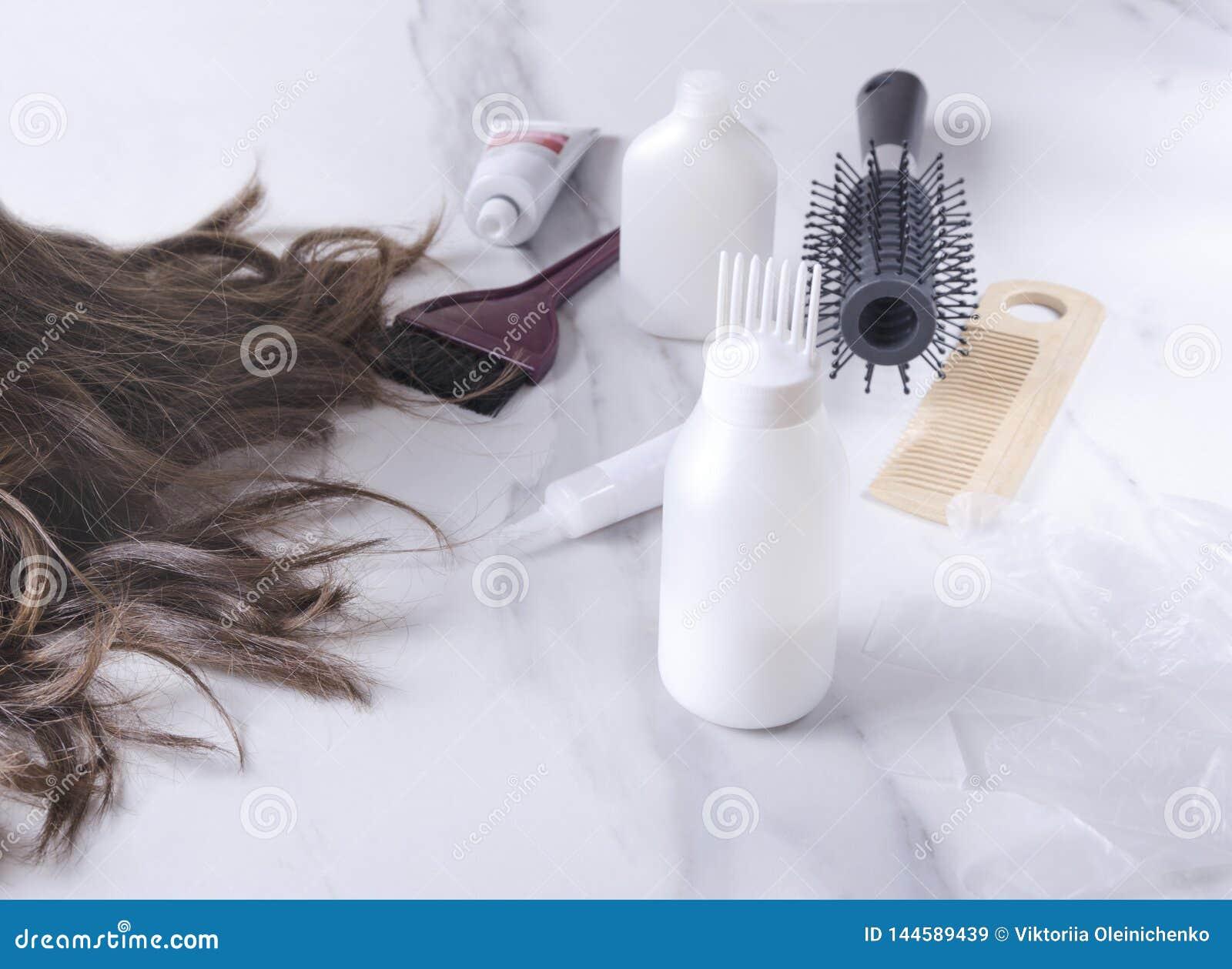 Pojęcie barwidło włosy Różni narzędzia dla włosianej opieki przy salonem