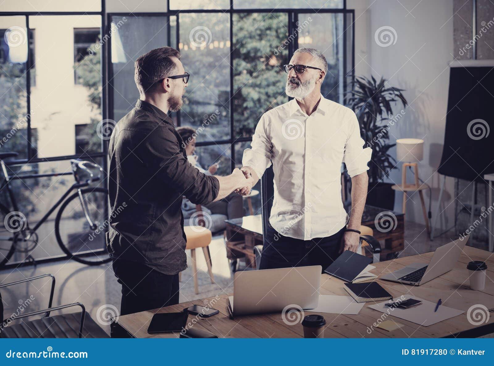 Pojęcie biznesowy partnerstwo uścisk dłoni Fotografii dwa businessmans handshaking proces Pomyślna transakcja po wielkiego spotka
