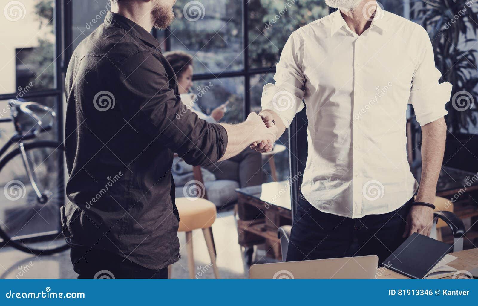Pojęcie biznesowy partnerstwo uścisk dłoni Zbliżenie fotografii dwa businessmans handshaking proces Pomyślna transakcja po wielki