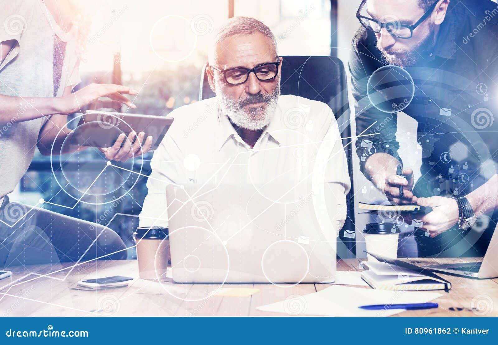 Pojęcie cyfrowy ekran, wirtualnego związku ikona, diagram, wykresów interfejsy Dorosły biznesmen słucha koledzy dla