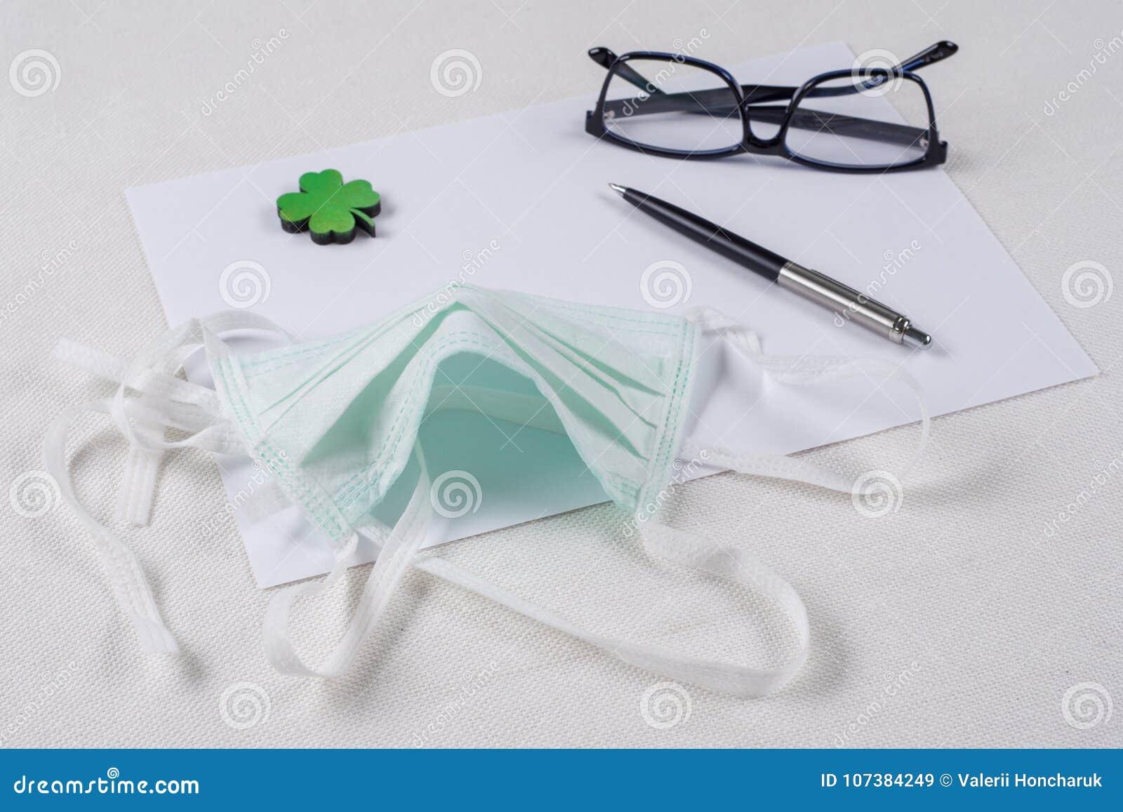 Pojęcie ekologia, natury ochrona Tło - czyści papier, liść zielona koniczyna i ochronną maskę,