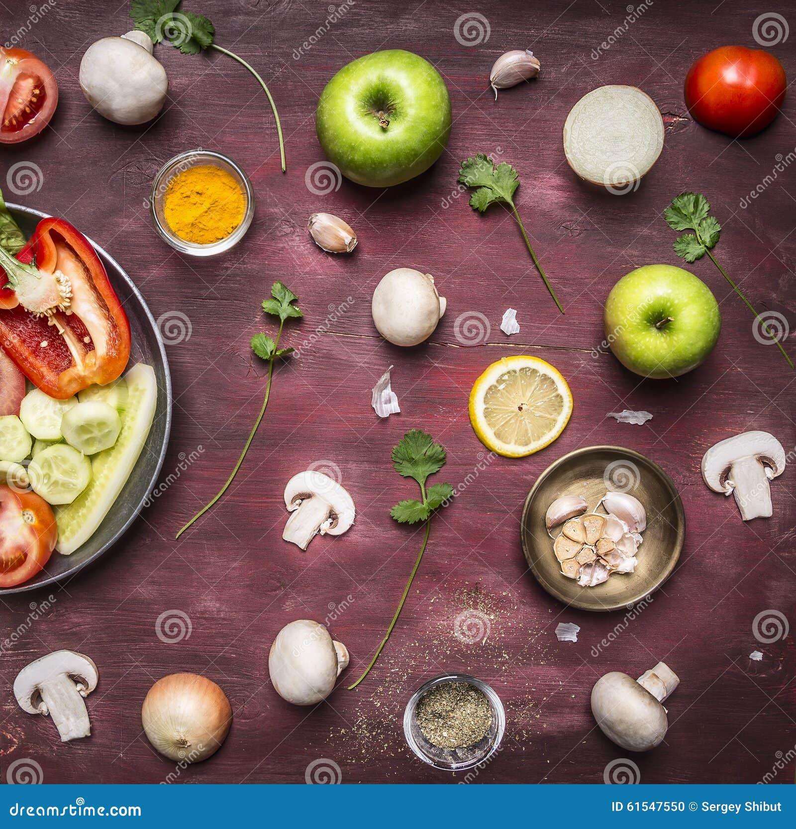 Pojęcie jarski karmowy przygotowanie sałatkowy różnorodny warzyw i owoc niecki tła odgórnego widoku nieociosany drewniany zakończ