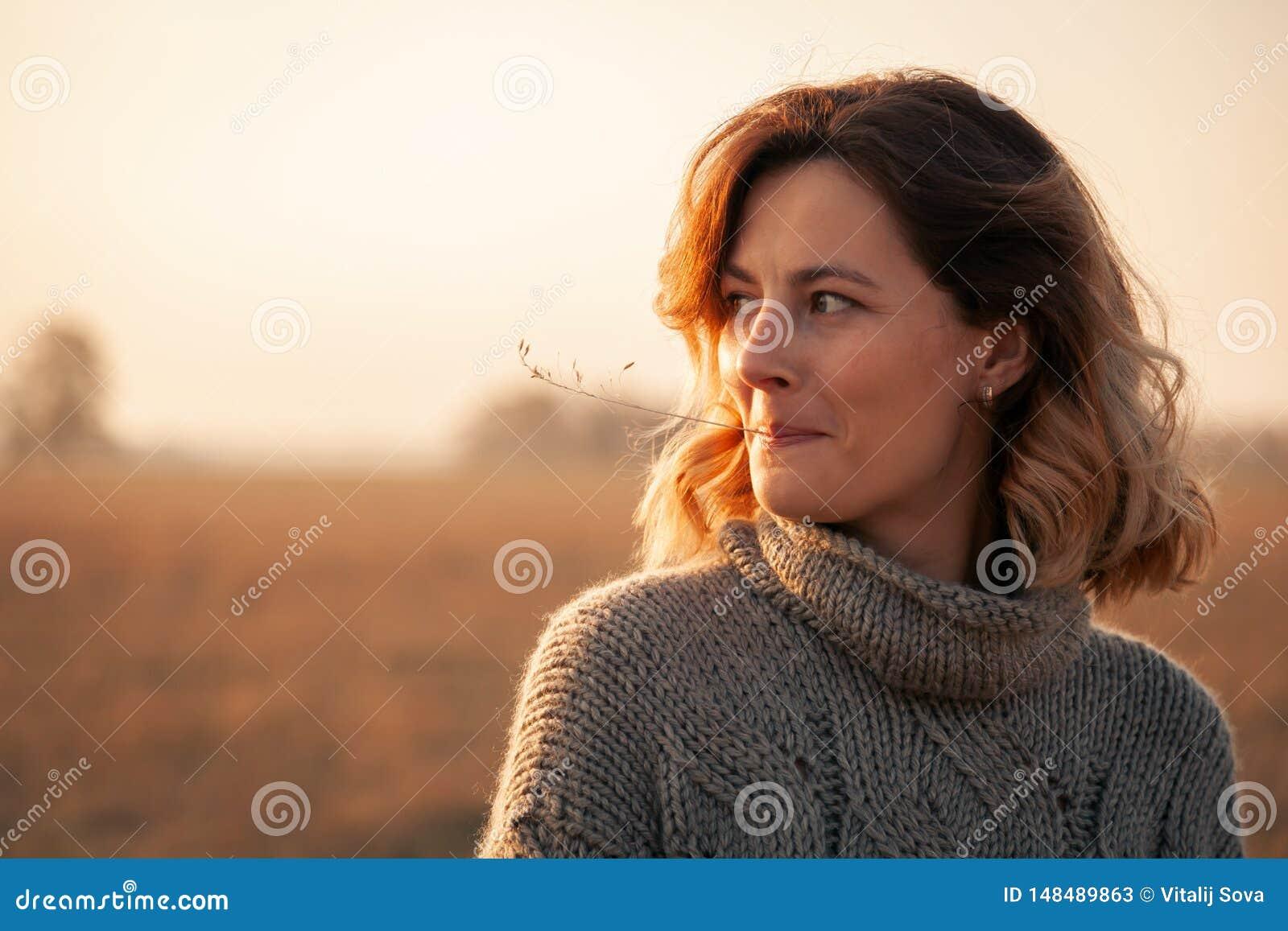 Pojęcie jedność kobiety i natura, pokojowy nastrój, życzliwy życie