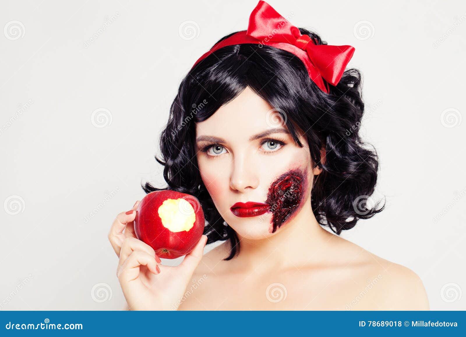 Pojęcie kalendarzowej daty Halloween gospodarstwa ponury miniatury szczęśliwa reaper, stanowisko kosy Kobieta z raną Apple i jade