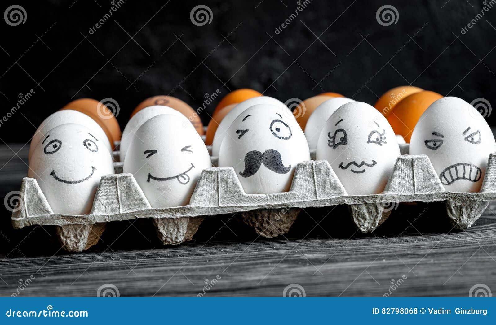 Pojęcie sieci ogólnospołeczna komunikacja i emocje - jajka mrugają
