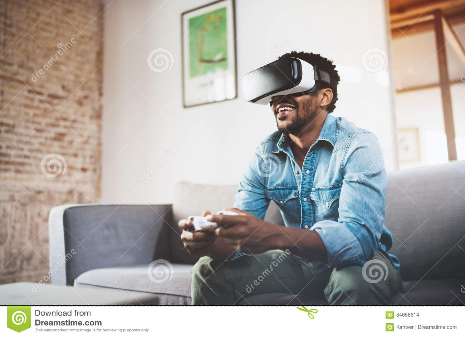 Pojęcie technologia, hazard, rozrywka i ludzie, Szczęśliwy afrykański mężczyzna cieszy się rzeczywistość wirtualna szkła podczas