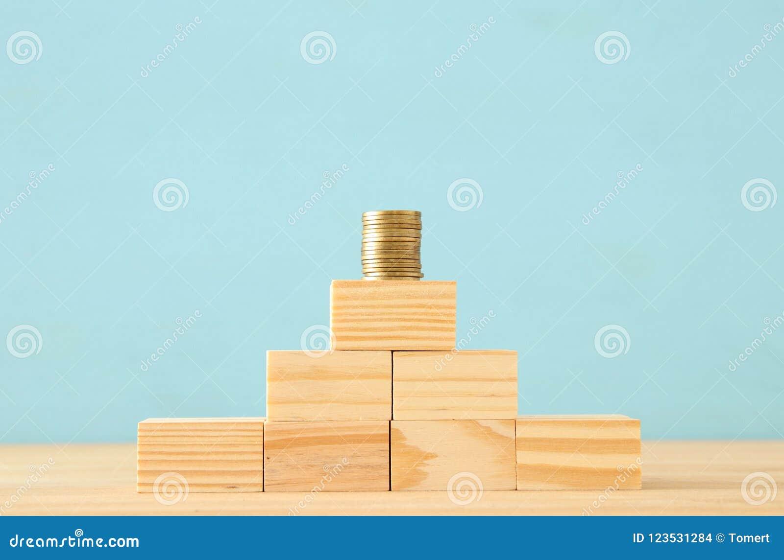 Pojęcie wizerunek oszczędzania inwestować lub pieniądze stawiać stertę monety przy wierzchołkiem
