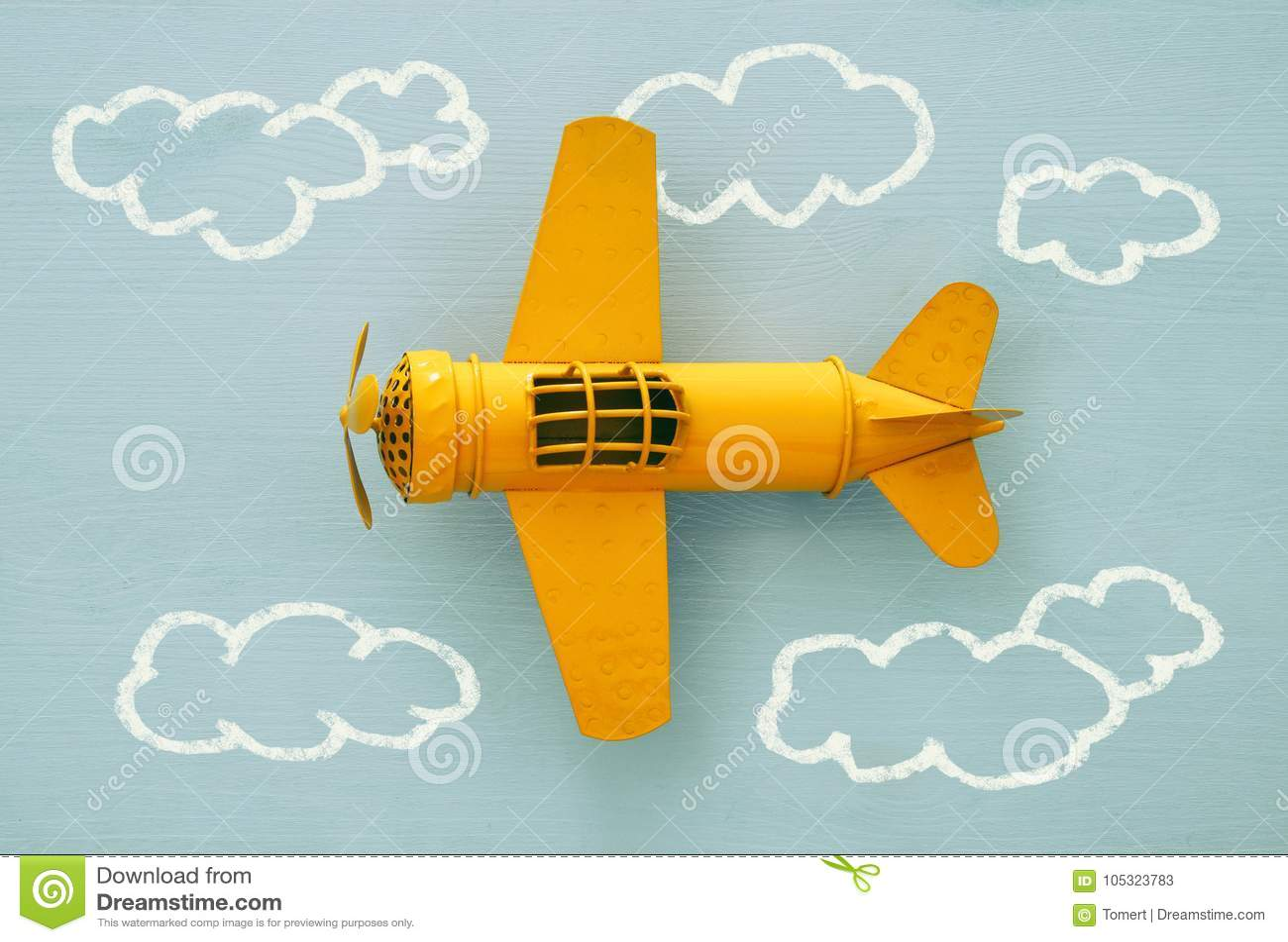 Pojęcie wyobraźnia, twórczość, marzyć i dzieciństwo, Retro zabawka samolot z ewidencyjnymi grafika kreśli na błękitnym tle