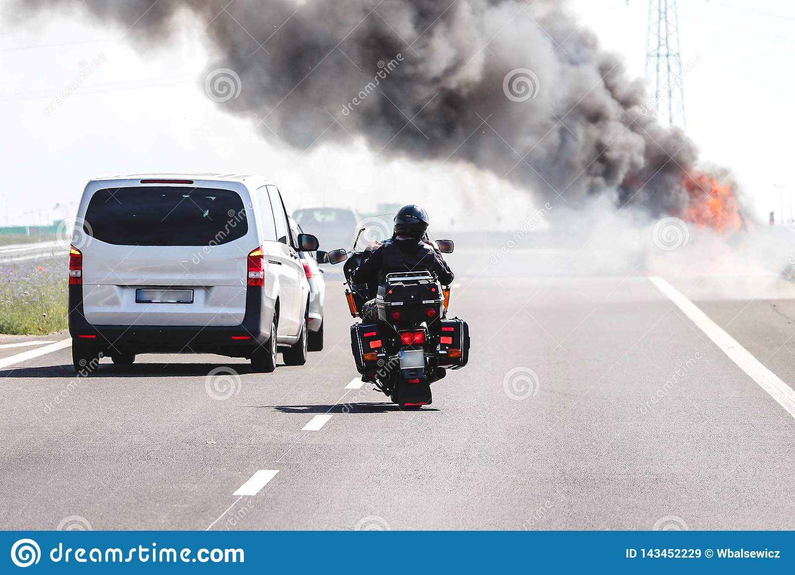 Pojazdy na autostradzie przechodzi płonącego samochód