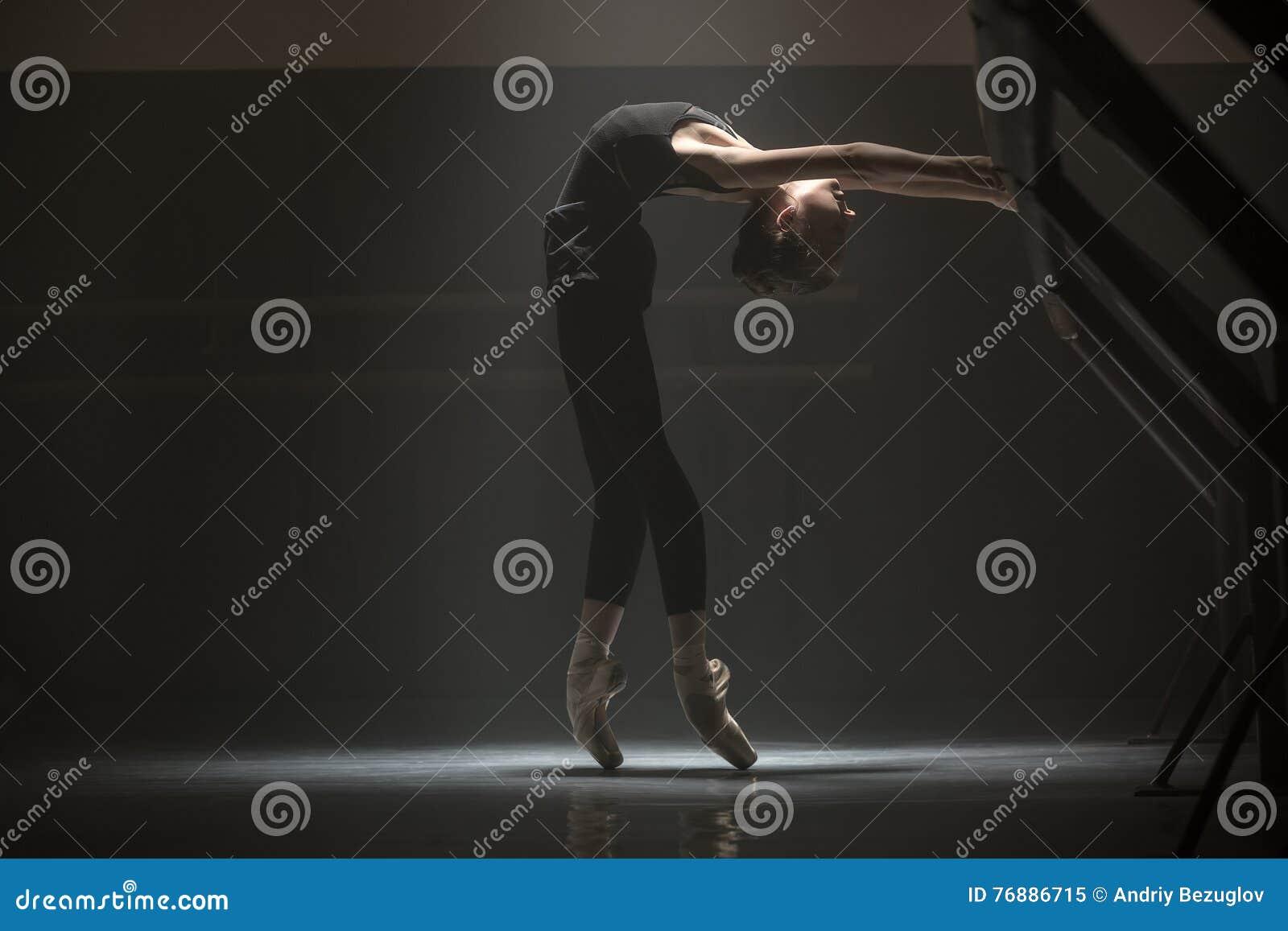 Pojedyncza balerina w klasowym pokoju