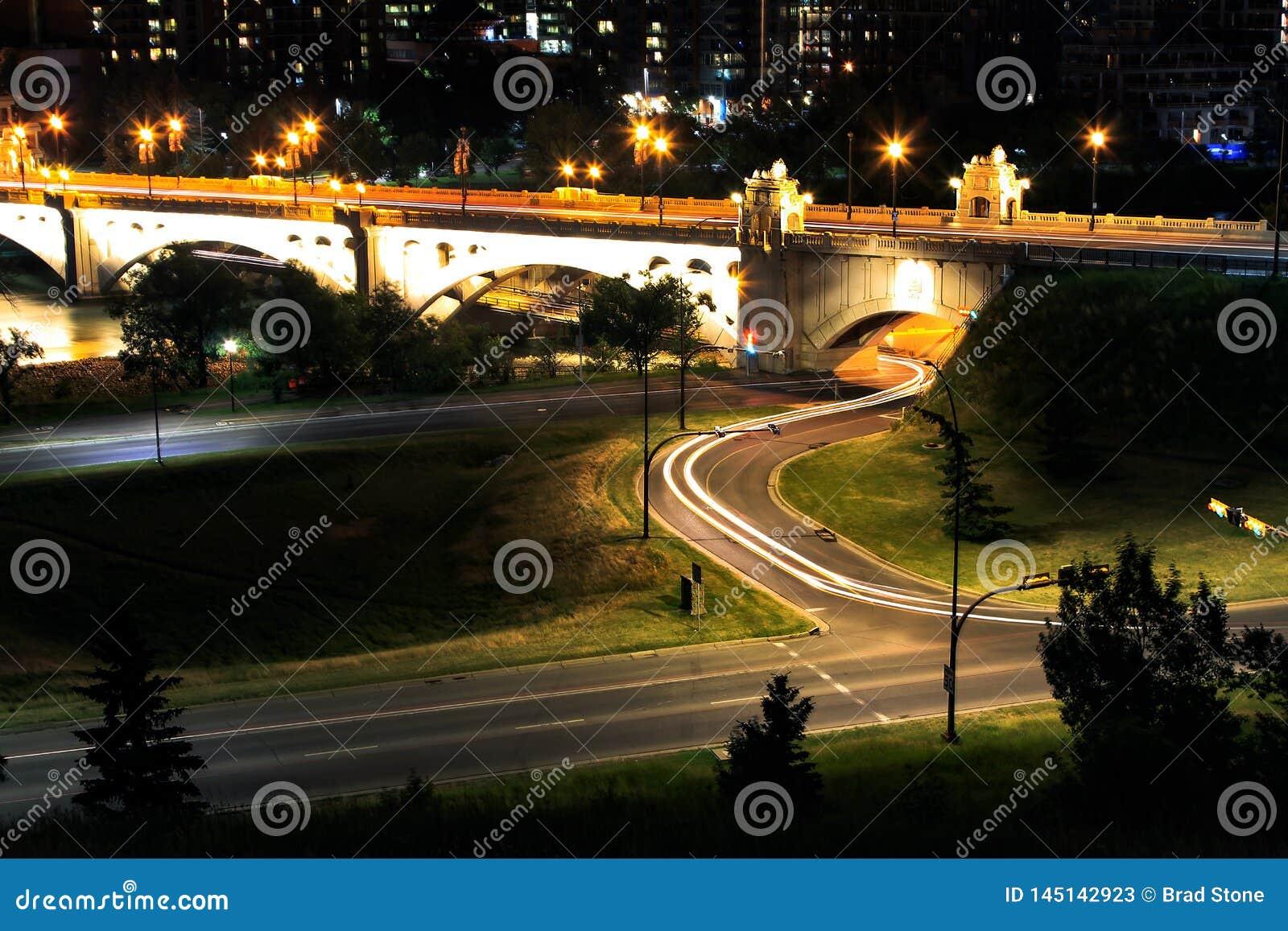 Pojedyncza Samochodowa noc Zaświeca Calgary most