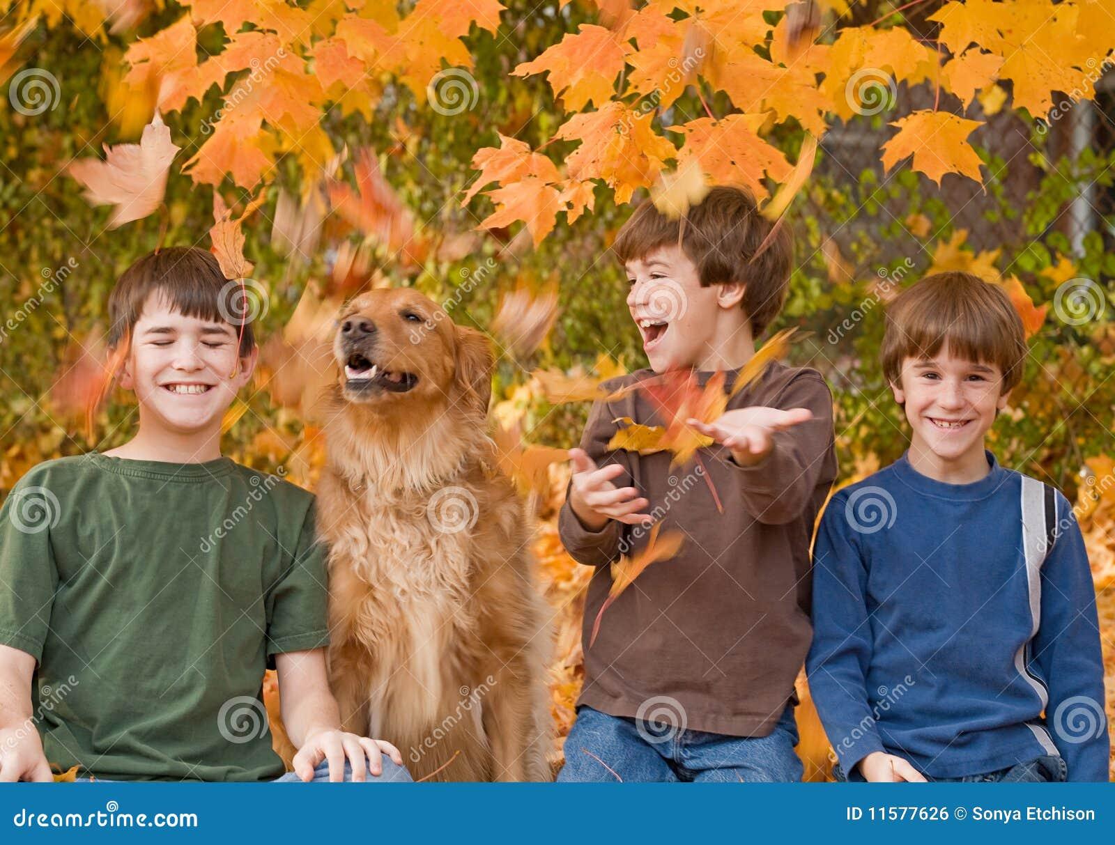 Pojkar faller leaves