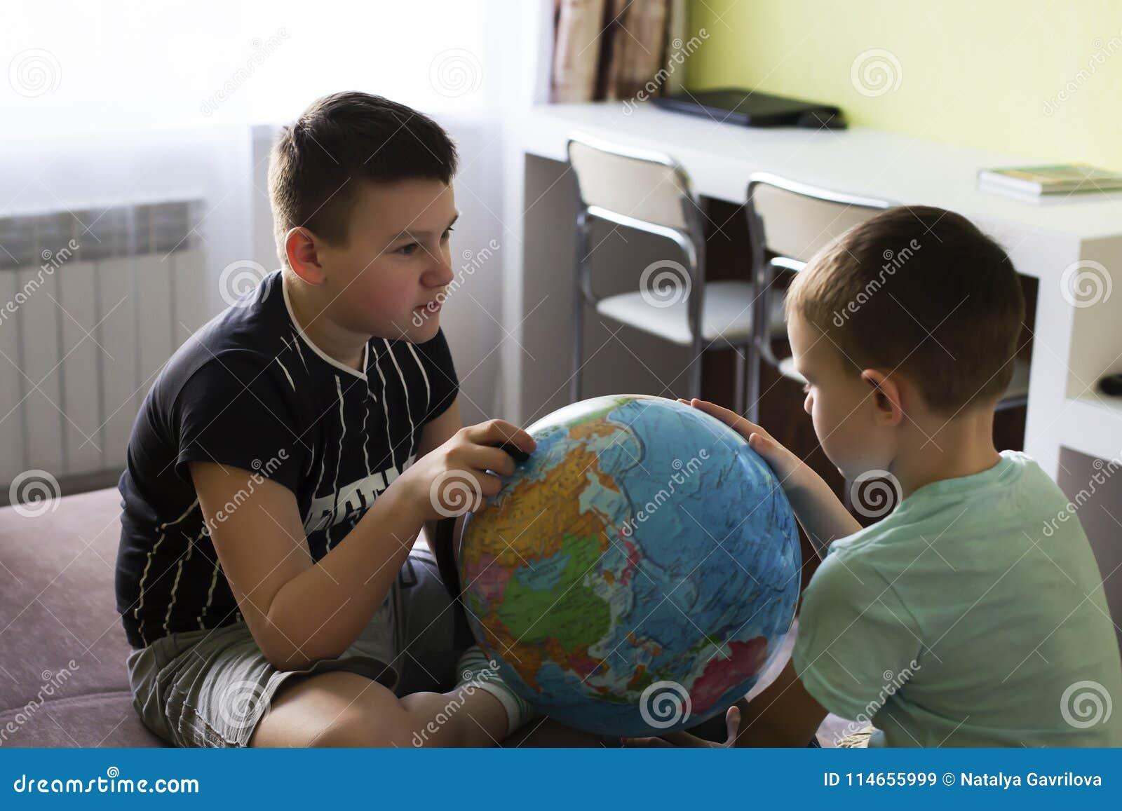 Pojkar med jordklotet tänker var att gå på semester