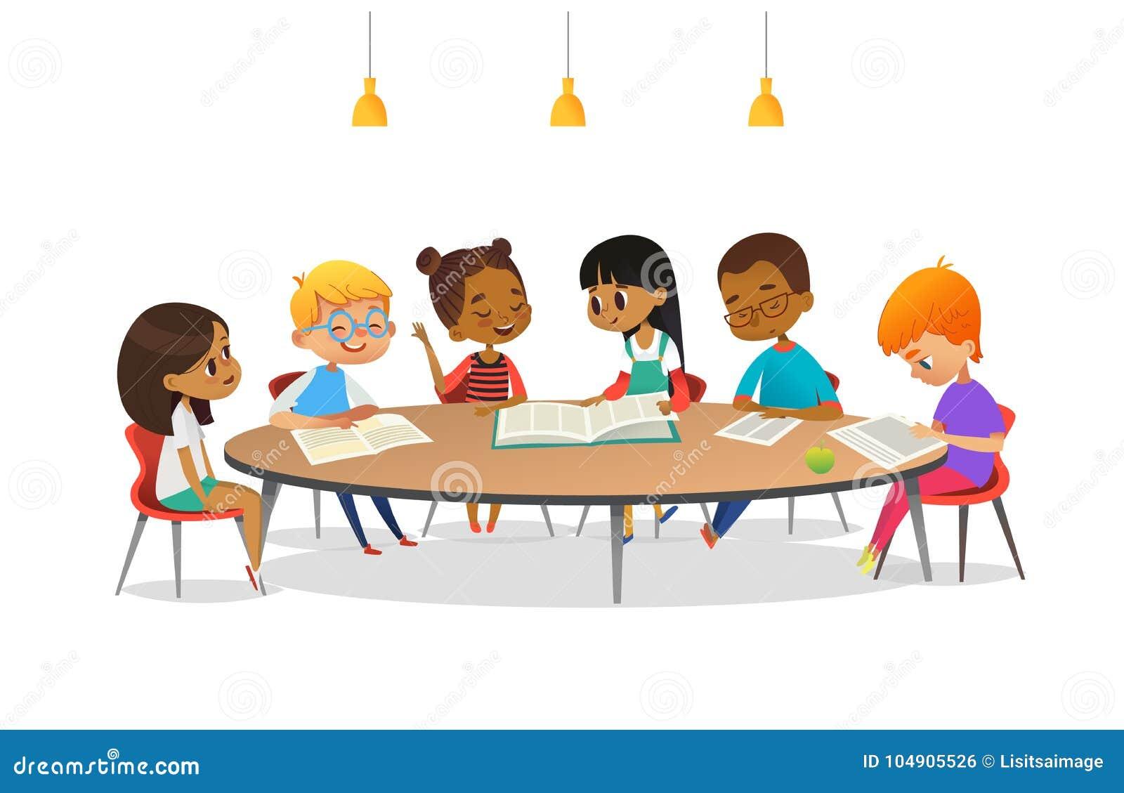 Pojkar och flickor som sitter runt om den runda tabellen, att studera, läseböcker och, diskuterar dem Ungar som till varandra tal