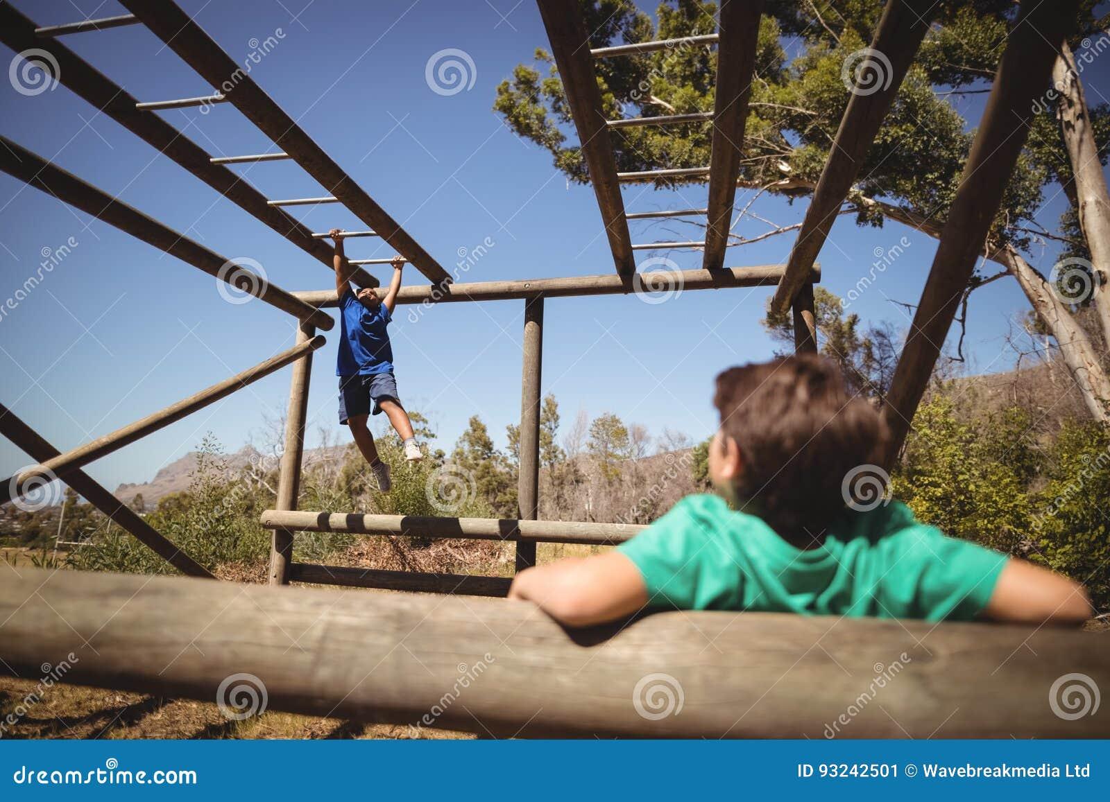 Pojkar som övar på apastång under hinderkurs